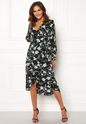 Knälång blommig klänning. Klänningen är svart och förtrollande söt.