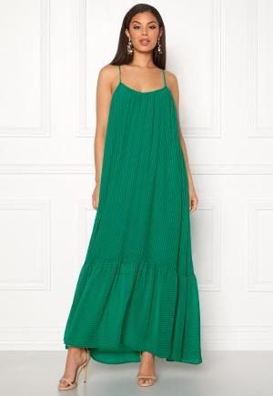 Lång långklänning med axelband. Klänningen är grön och fantastisk.