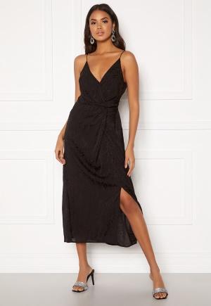 Knälång mönstrad klänning med dragkedja. Klänningen är svart och sjukt söt.