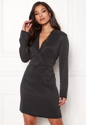 Häpnandsväckande svart miniklänning.