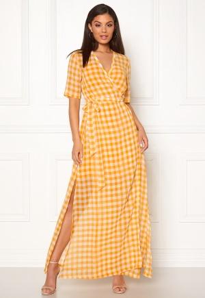 Häpnandsväckande gul maxiklänning.