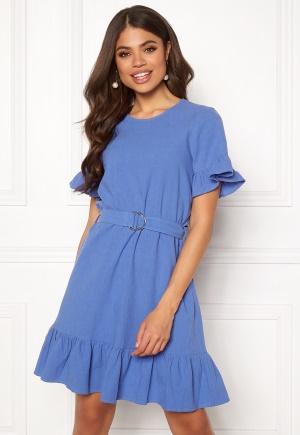 Moderiktig blå volangklänning från Twist & Tango.