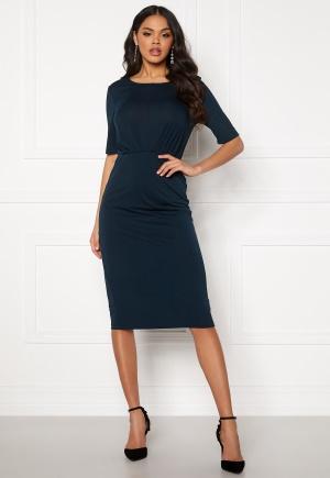 Knälång midiklänning. Klänningen är blå och romantisk.