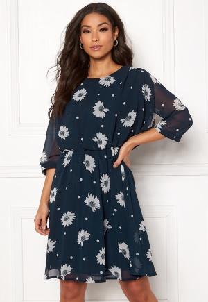 Knälång blommig klänning. Klänningen är blå och fantastisk.