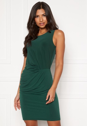 Knälång festklänning. Klänningen är grön och söt.
