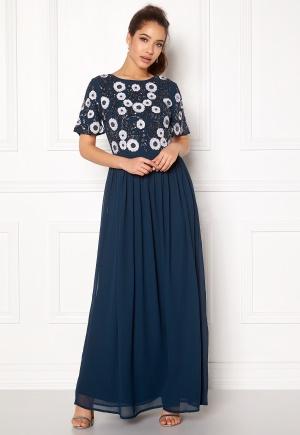 Romantisk blå chiffongklänning i paljetter.