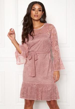 Smickrande rosa klänning med dragkedja i spets.