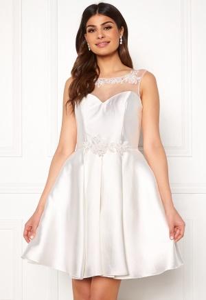 Romantisk vit elegant klänning från SUSANNA RIVIERI med dragkedja.