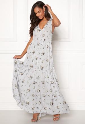 Lång långklänning med dragkedja. Klänningen är moderiktig.