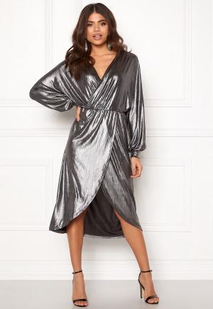 Knälång midiklänning med plisserad kjol. Klänningen är silver och tidlös.