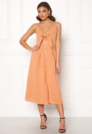 Knälång festklänning med knappar. Klänningen är orange och fin.