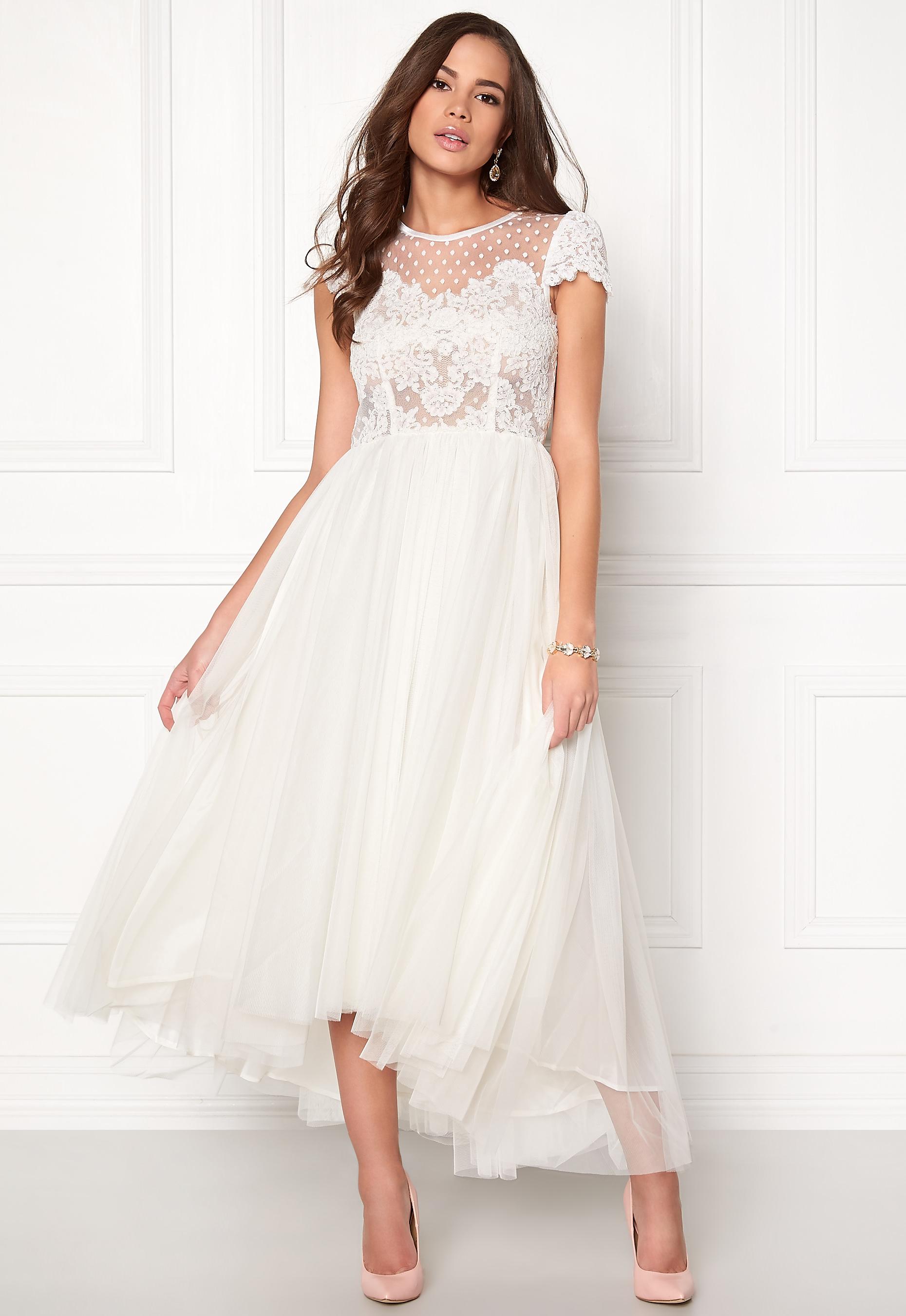 Sjukt vacker och vit klänning med tyllkjol från Ida Sjöstedt