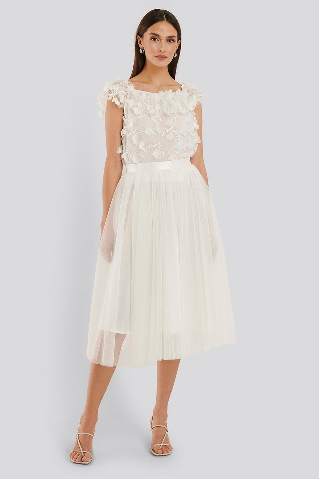 Ida Sjöstedt ligger bakom denna vackra kjol, en vit knälång tyllkjol för att vara exakt.