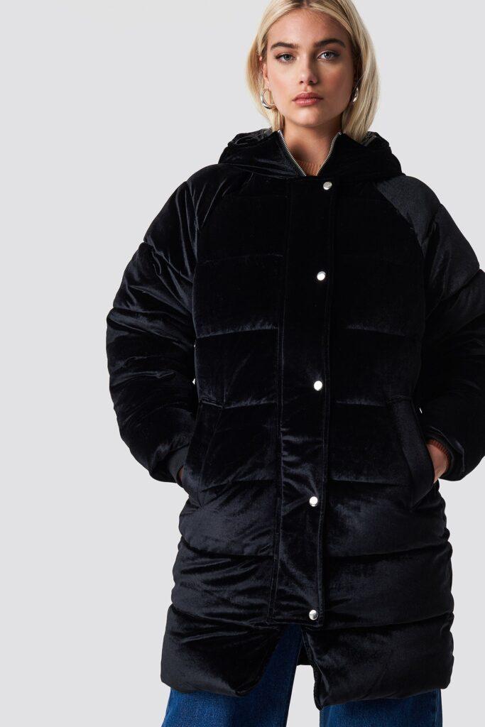 Pösig svart jacka i sammet med huva.