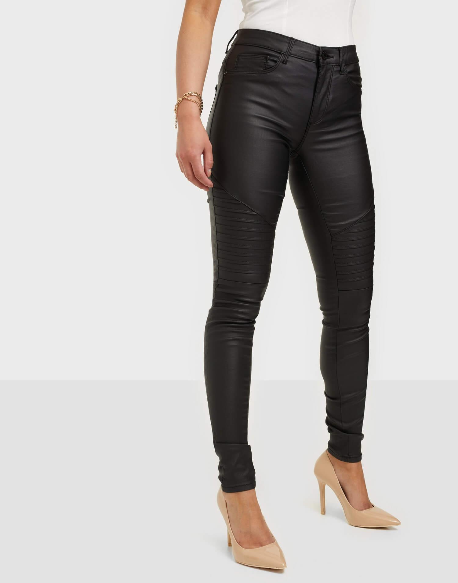 Ett par svarta tighta skinnbyxor från Only med detaljer på knäna.