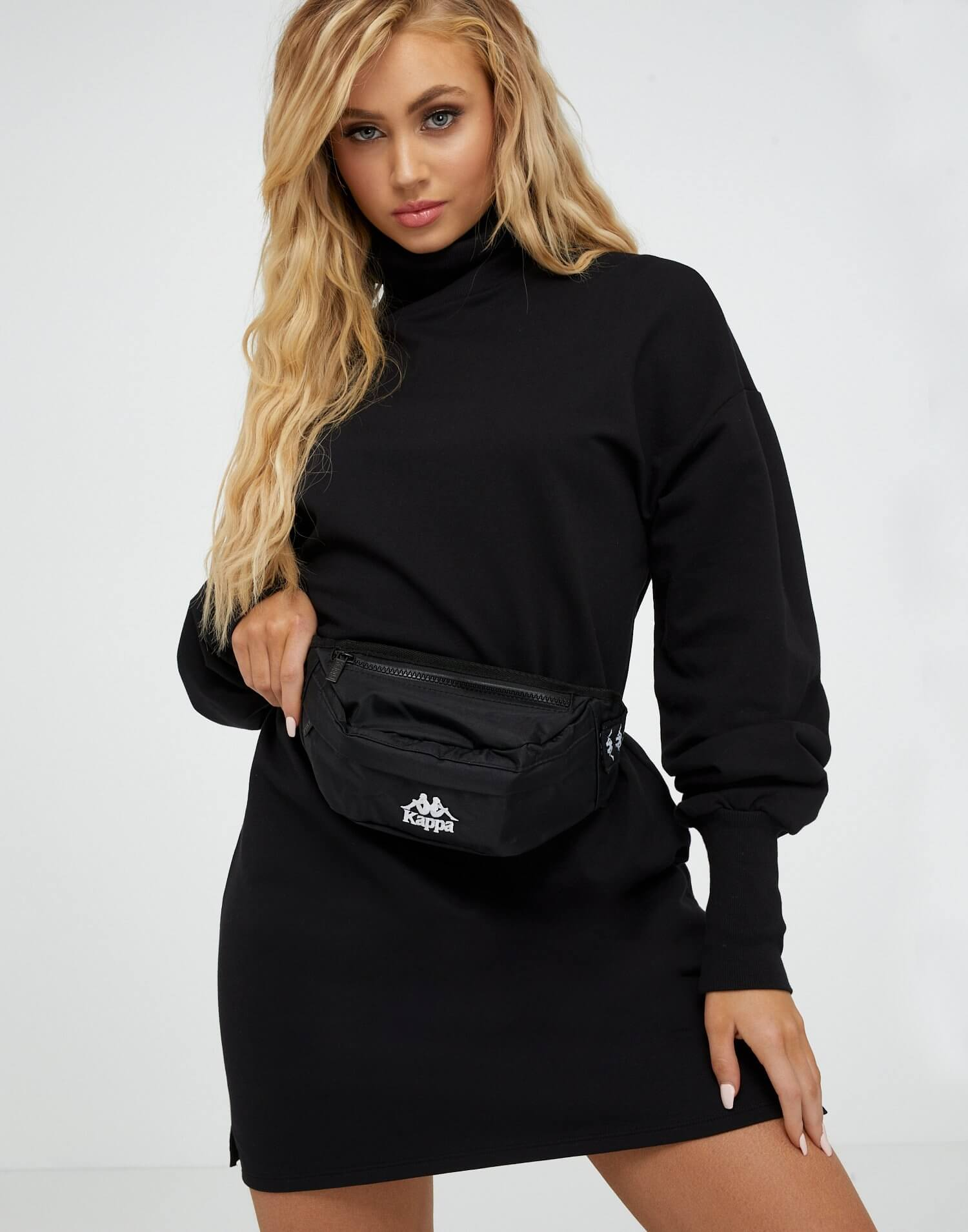 Svart magväska från Kappa i svart med vit logotyp fram. Två fack med dragkedja och justerbart band.