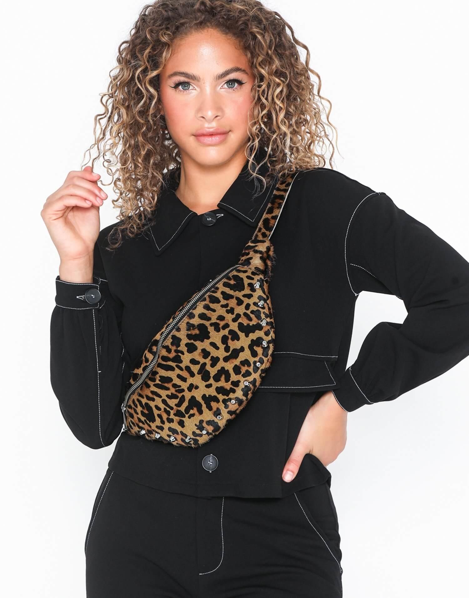 Magväska från Unlimit med stort fack och dragkedja. Leopardmönster i läder och nitdetaljer med justerbart band.
