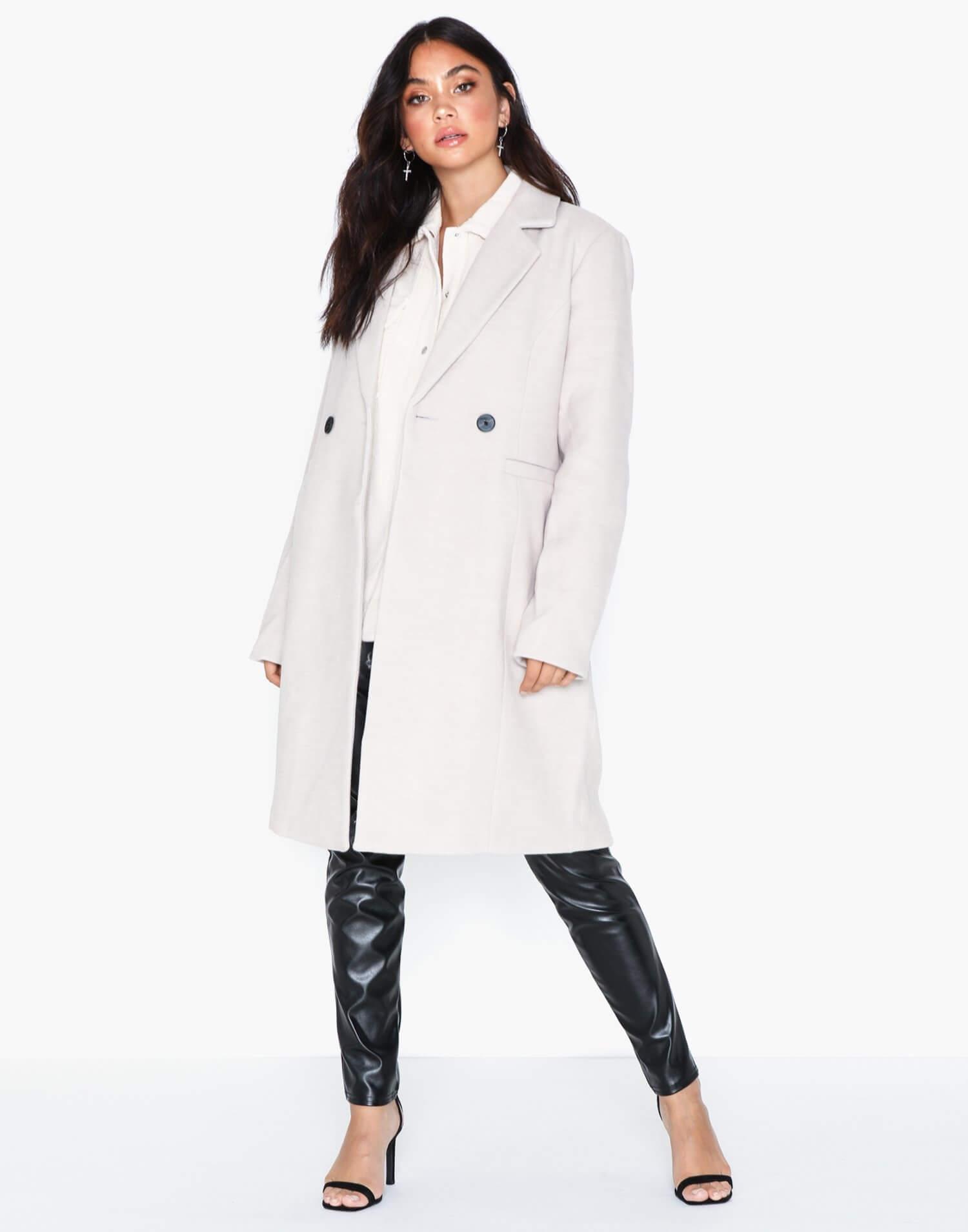 En ljusgrå knälång kappa från Vero Moda.