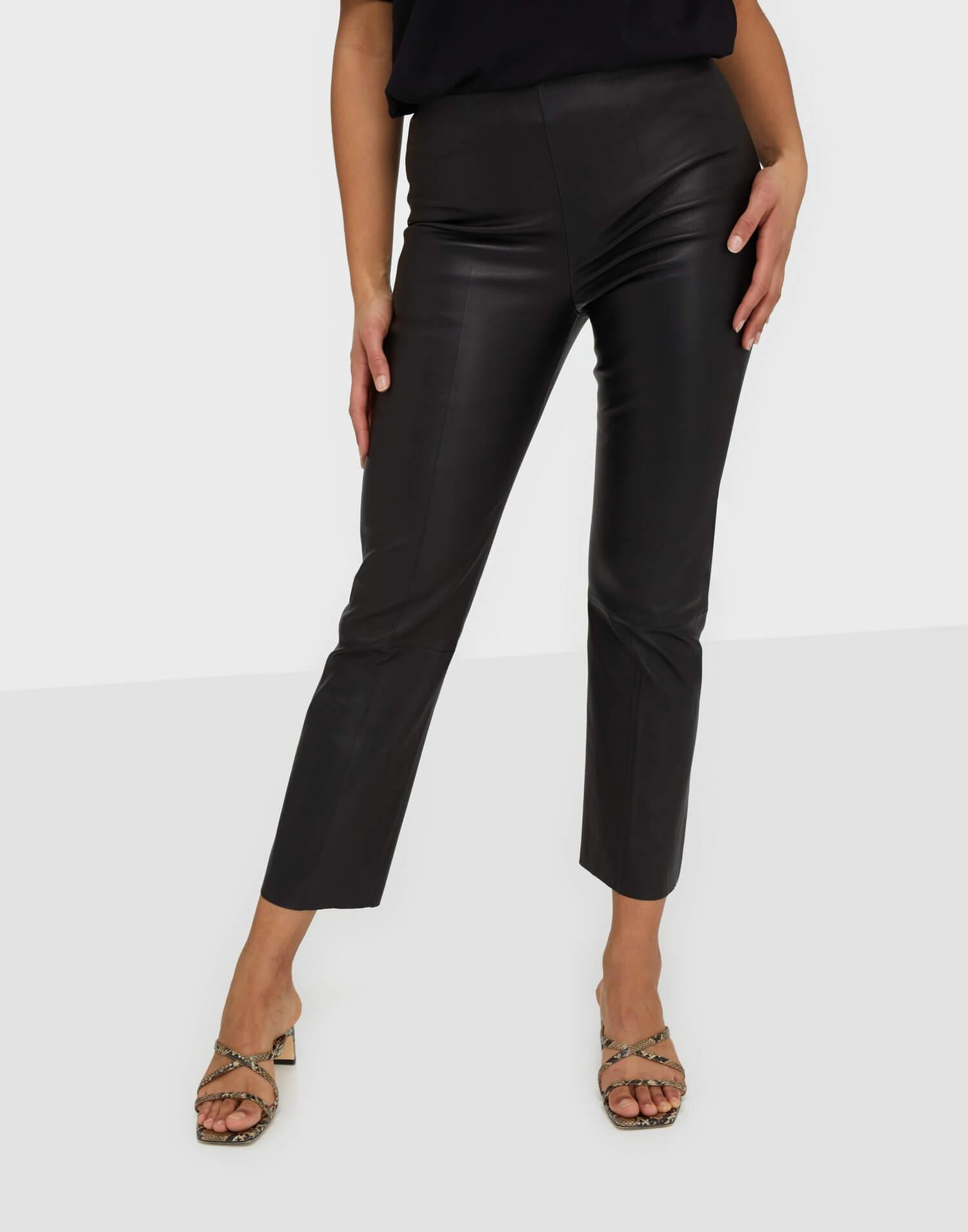 Ett par svarta byxor med kortare ben i äkta läder från By Malene Birger.