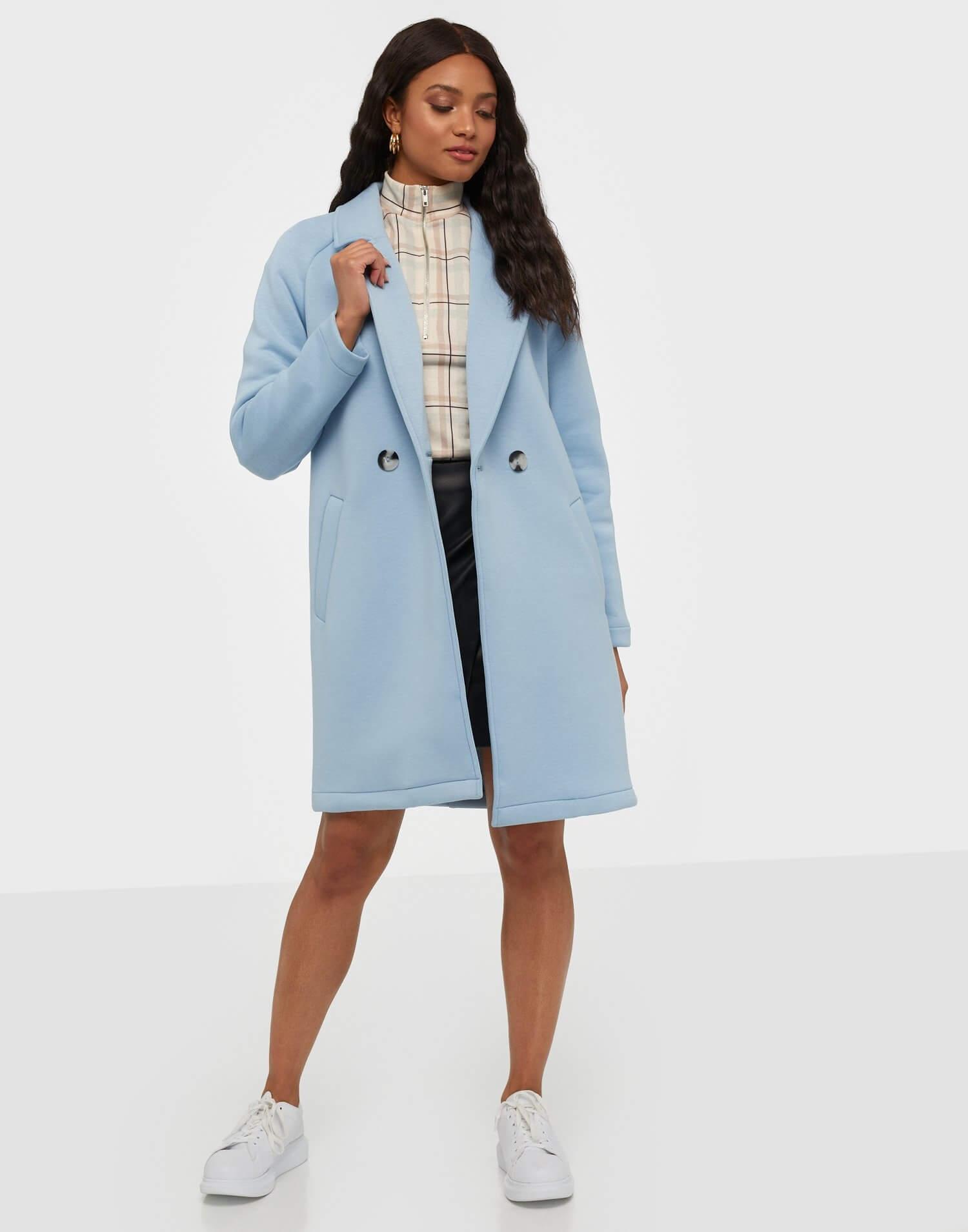 En rak kappa i babyblå färg från Only.