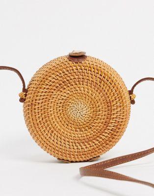 Rund liten handväska i stråmaterial med läderdetaljer