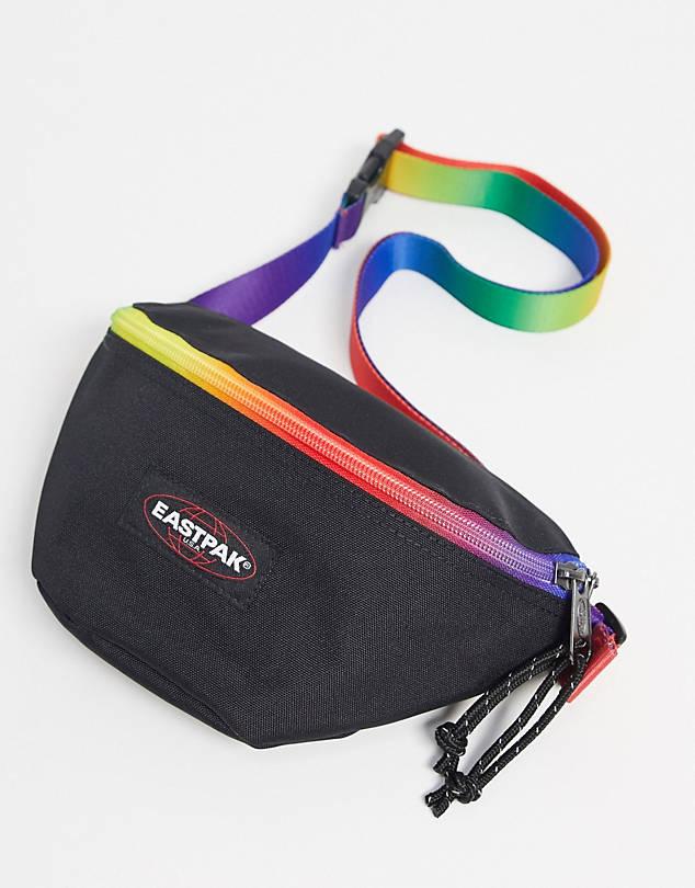 Svart magväska med pridefärger på rem och dragkejda. Ett fack och justerbar rem.
