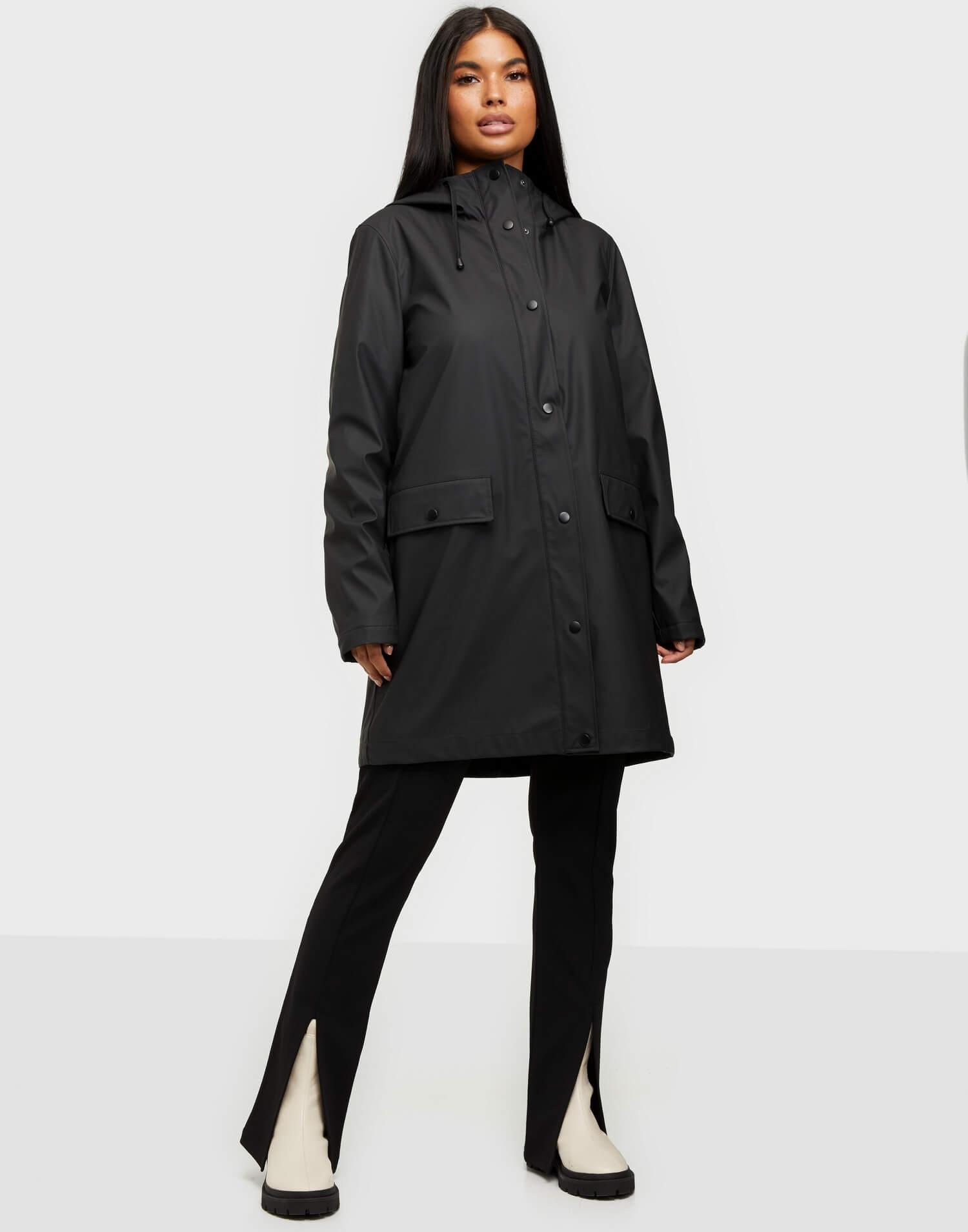 En svart lång regnkappa från märket Vero Moda på Nelly.