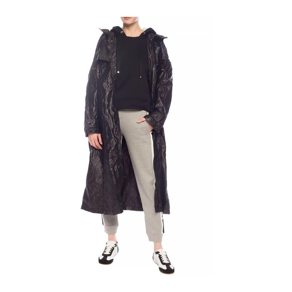 En lättare oversized svart regnkappa från Moncler.