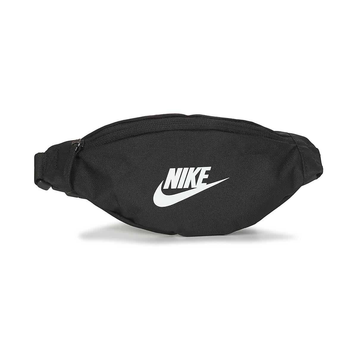 Svart magväska Nike ett fack. Justerbar rem.