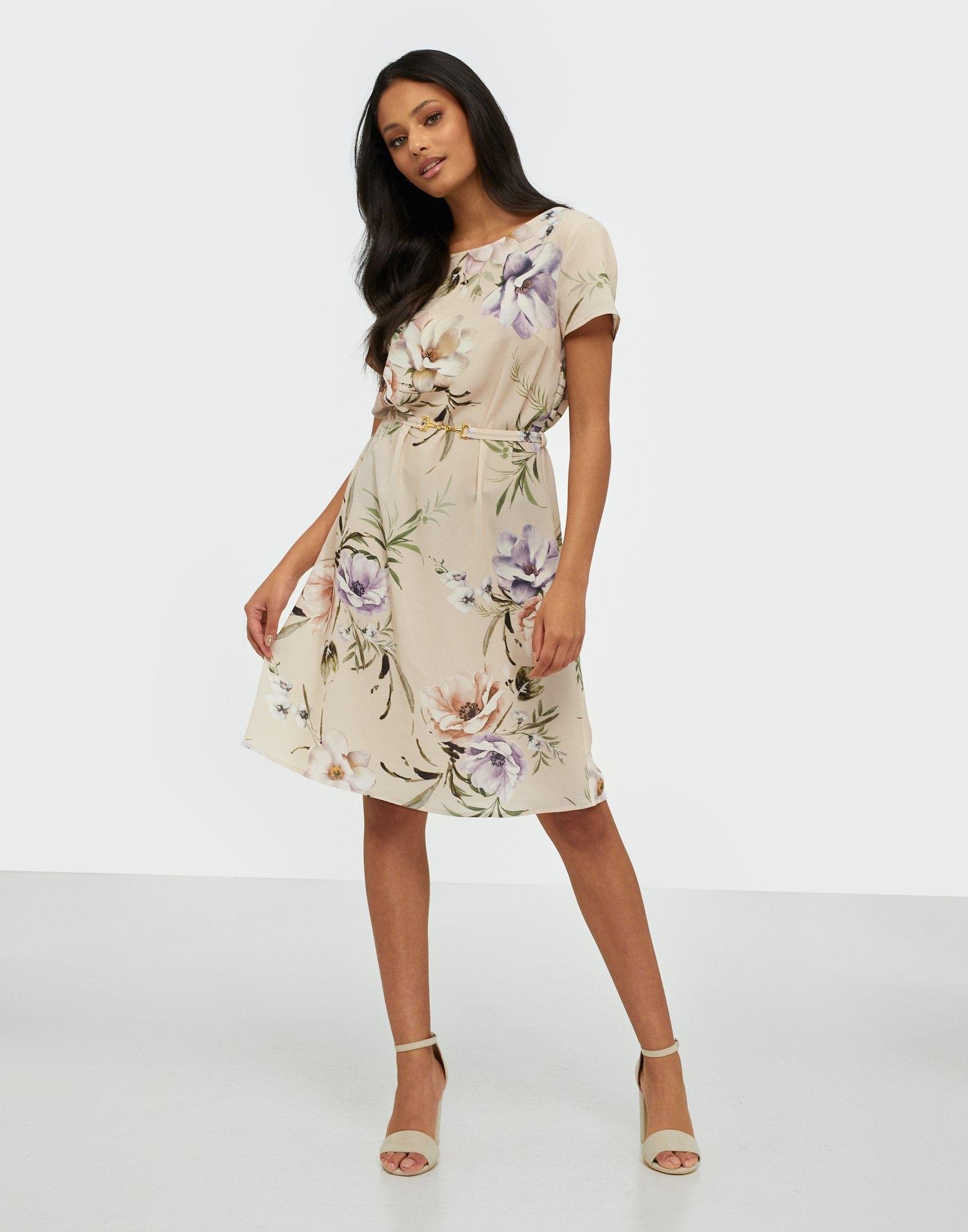 Kort blommönstrad finklänning.