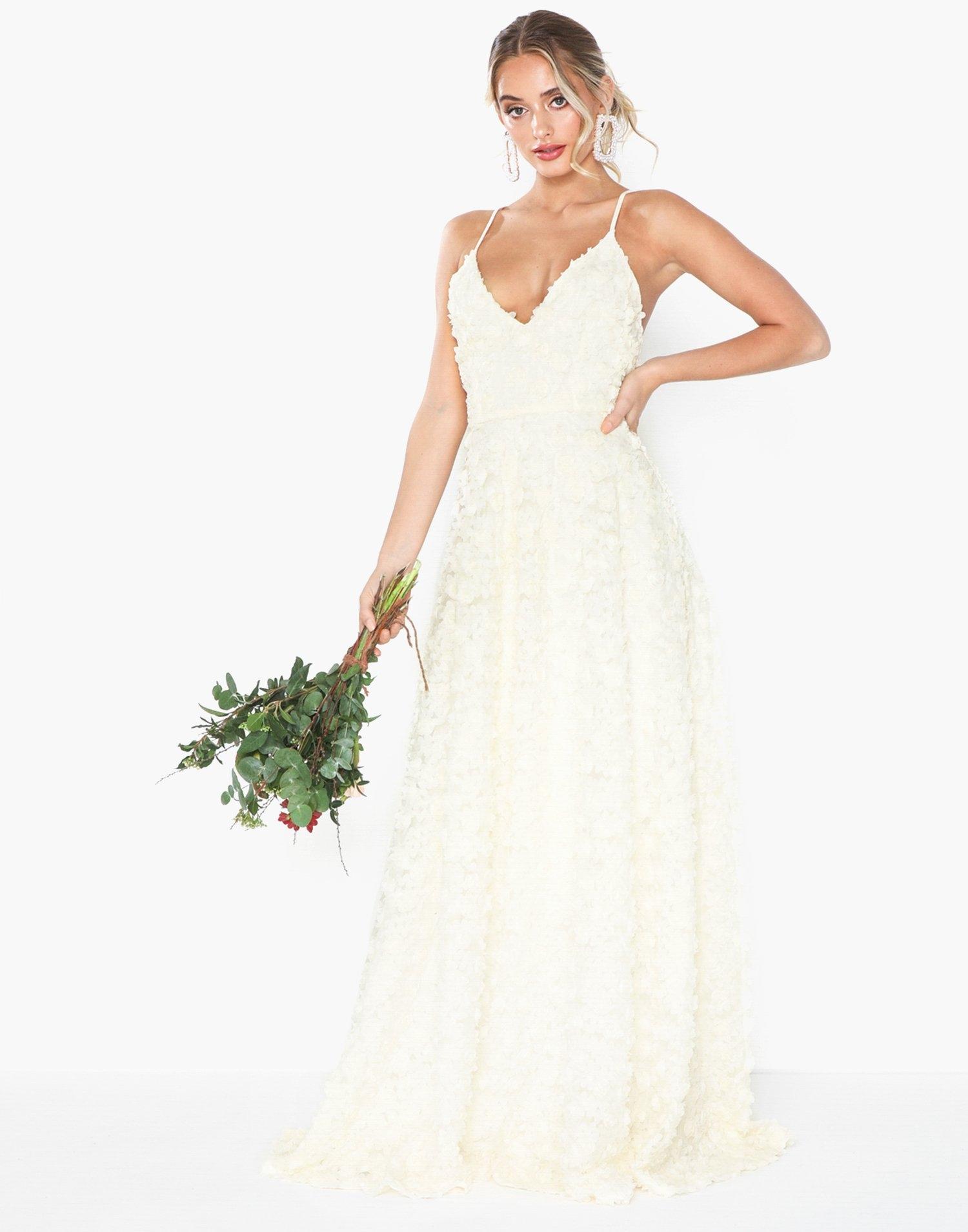 Vit v-ringad långklänning till bröllop med tunna axelband.