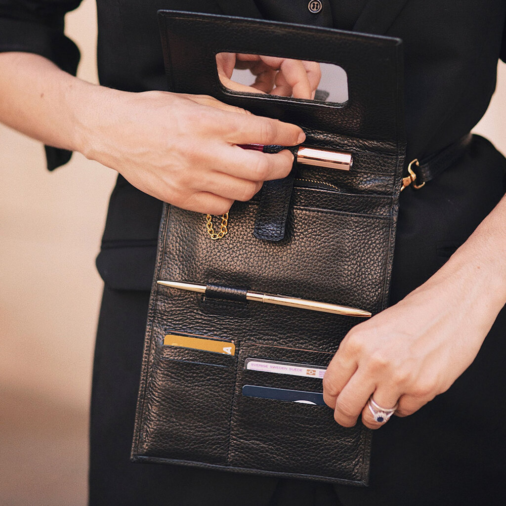 Svart magväska Bukvy handgjord material läder. Plånbok och väska i ett.