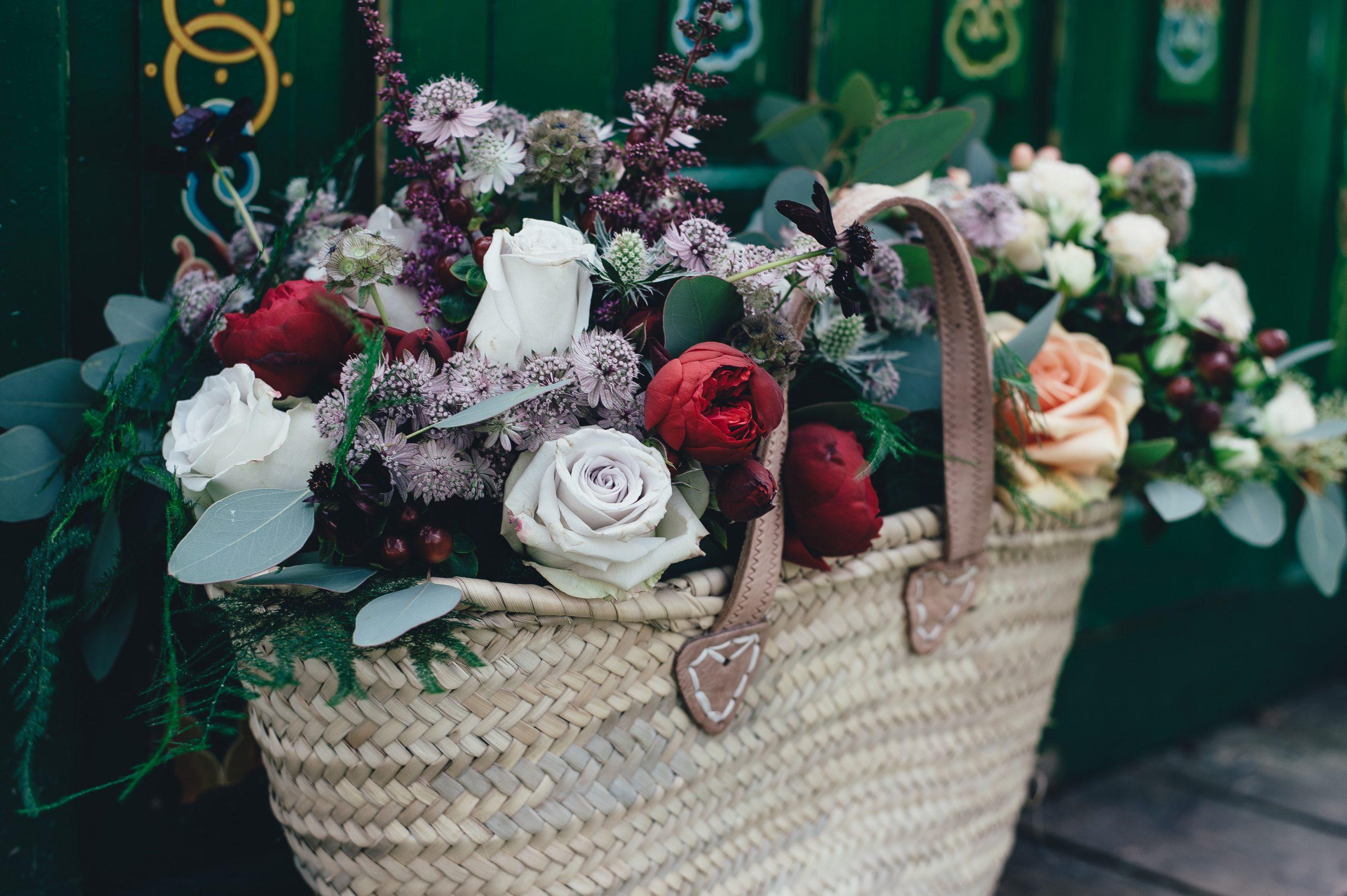 Stor stråväska fylld med blommor