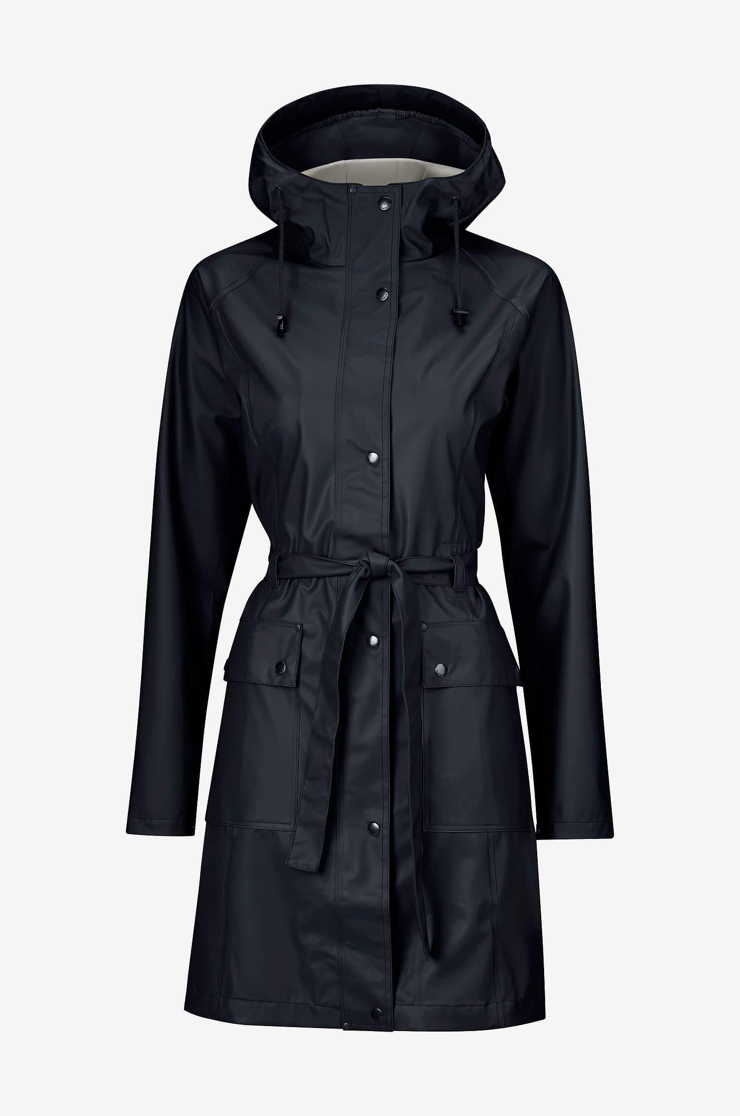En svart regnkappa från Ilse Jacobsen med dekorativt knytbälte.