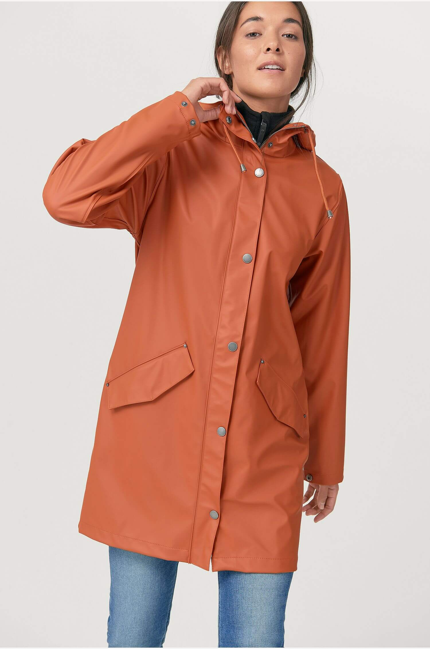 En regnkappa från Áhkká i fin höstigt orange färg.