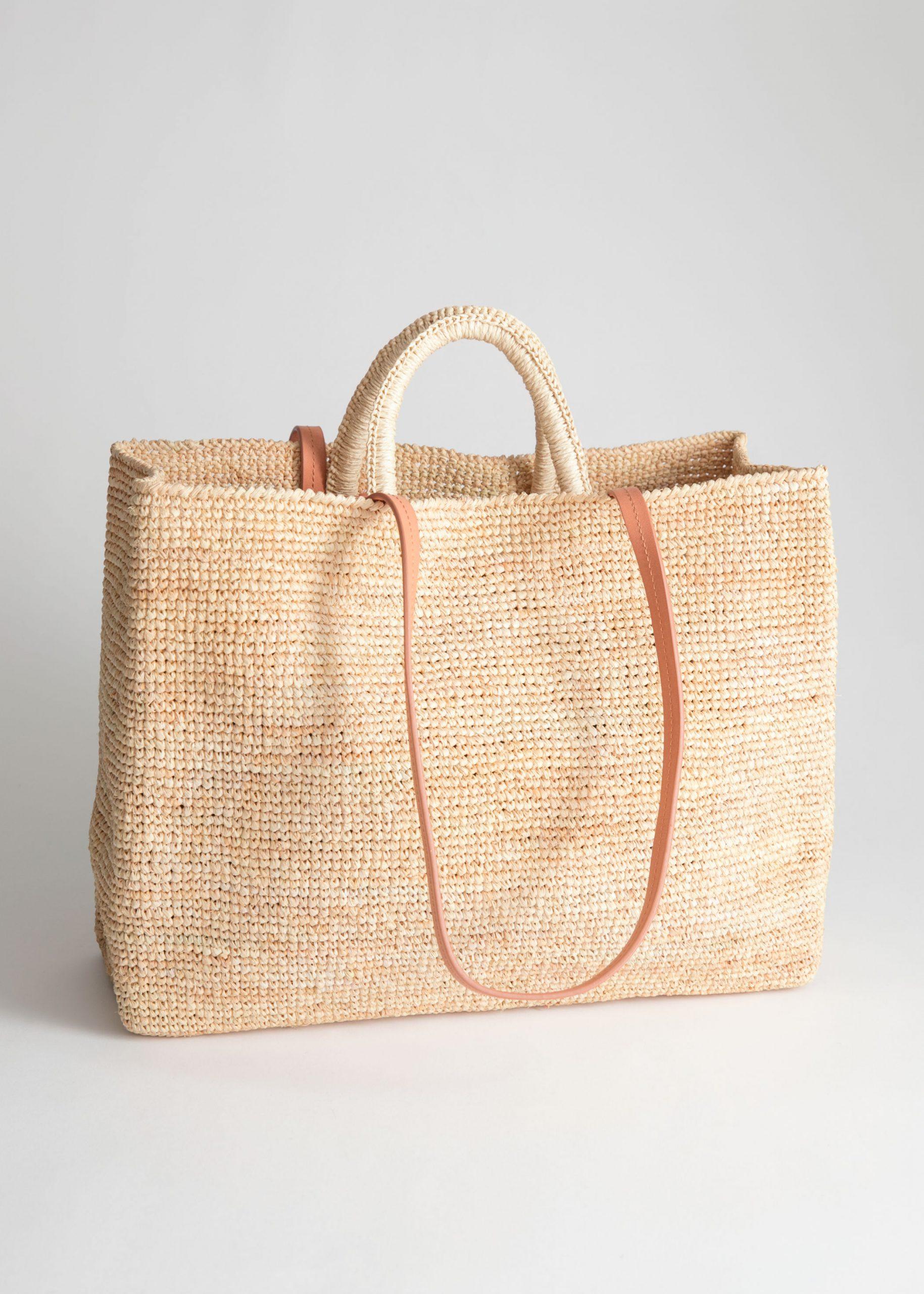 Rymlig fyrkantig stråväska med ljusbruna läderhandtag