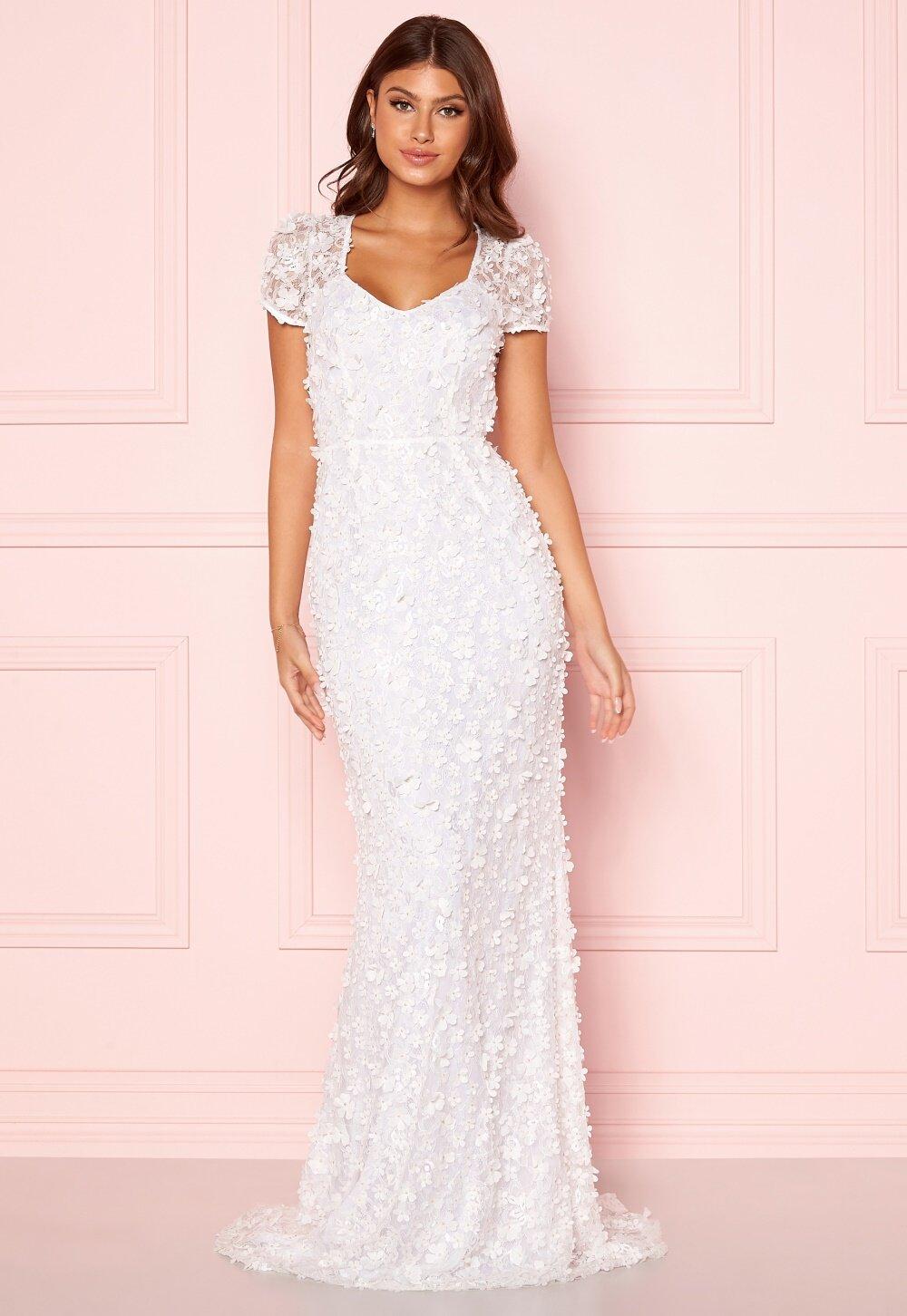 Kortärmad lång vit bröllopsklänning med blommor.