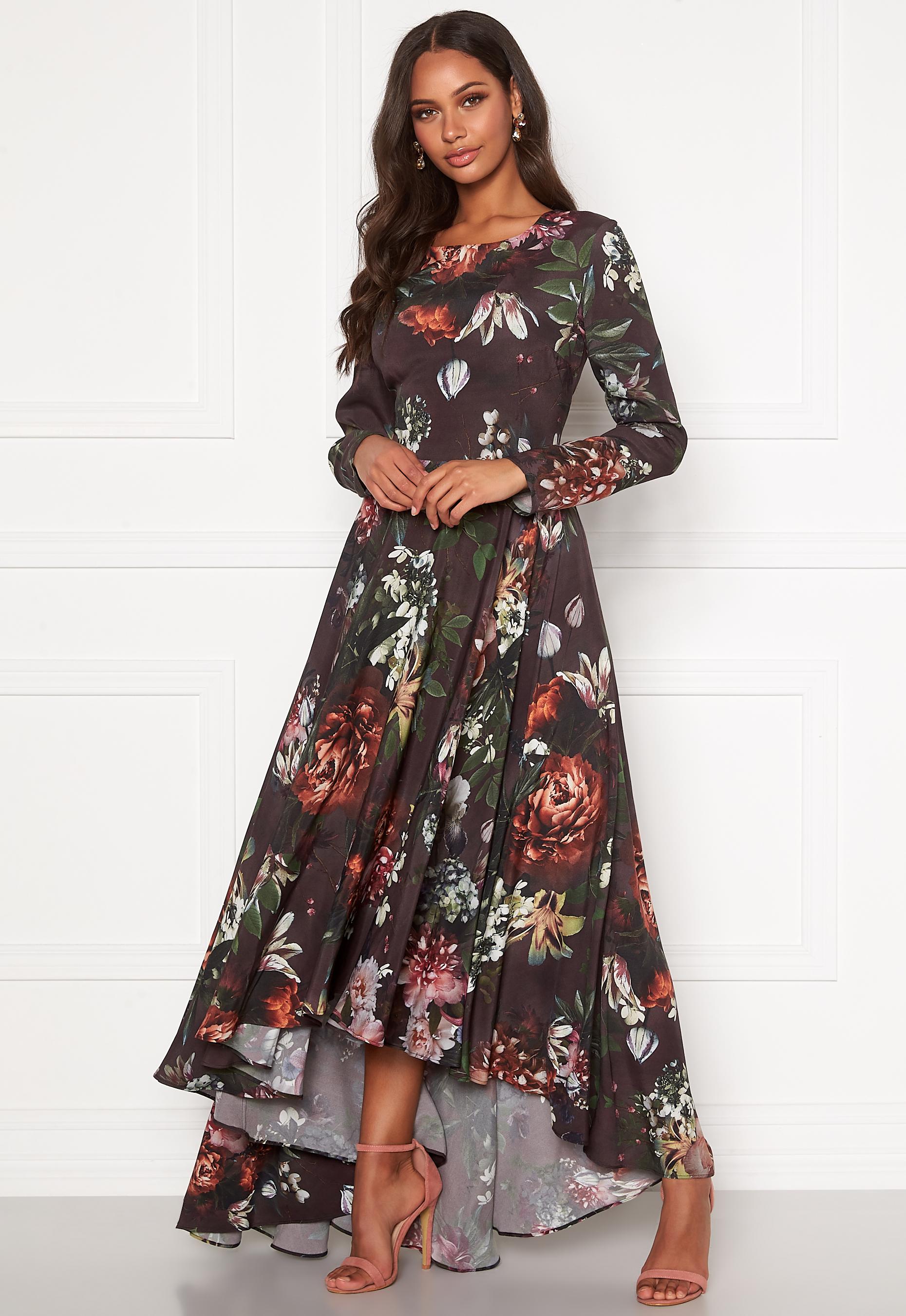 Blommönstrad svart långklänning.