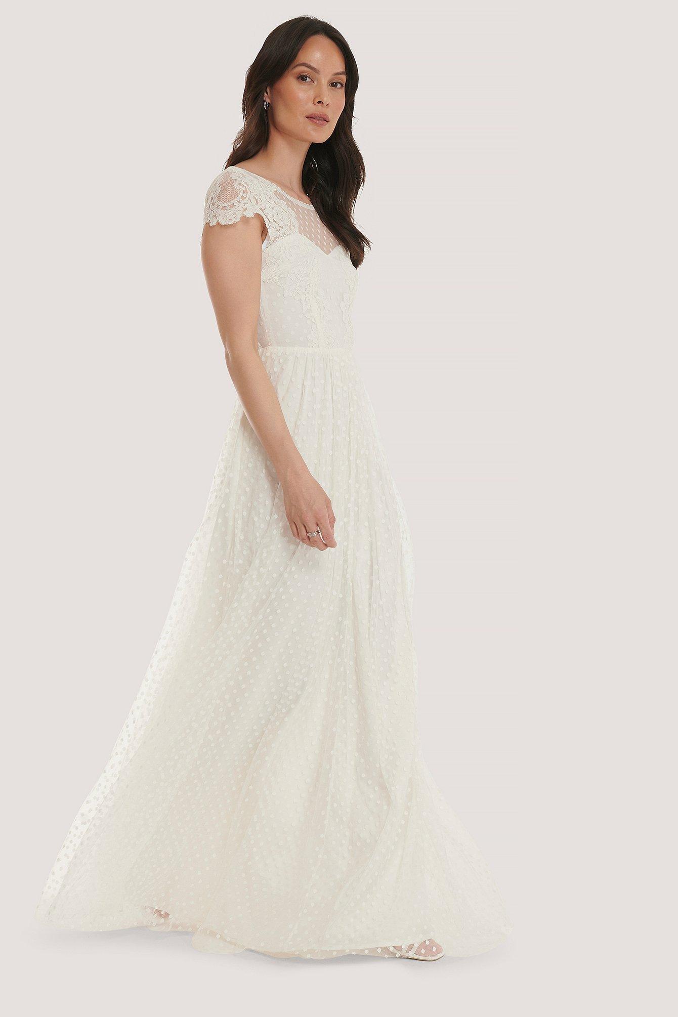 Kortärmad vit bröllopsklänning med spets.