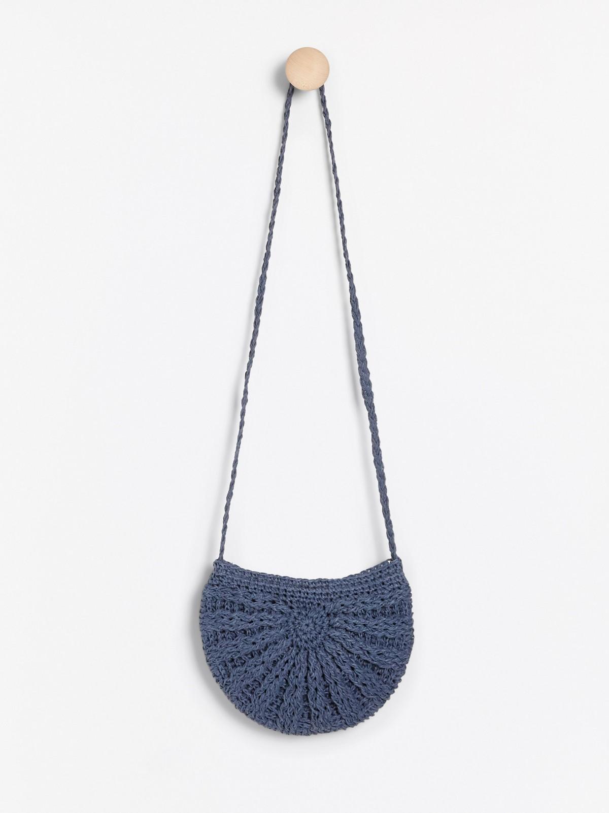 Liten blå handväska i stråmaterial