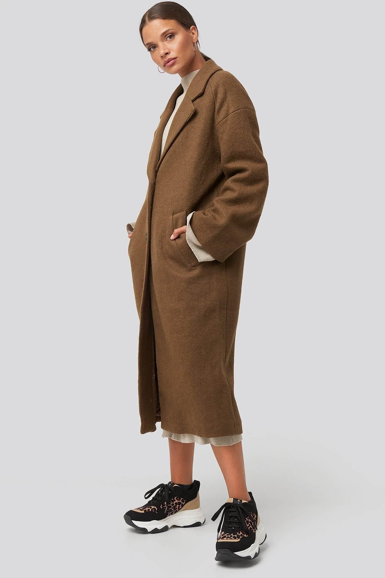 En brun lång kappa i oversized modell från NA-KD.