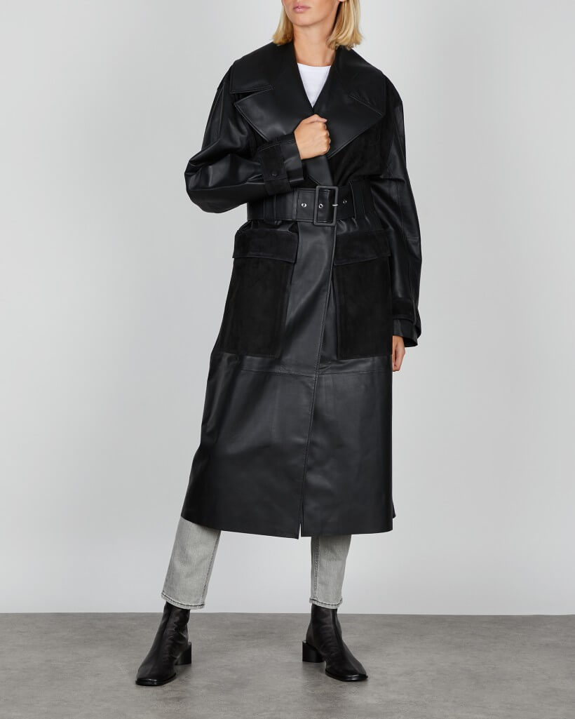 En lång svart trenchcoat i oversized modell från By Malene Birger.