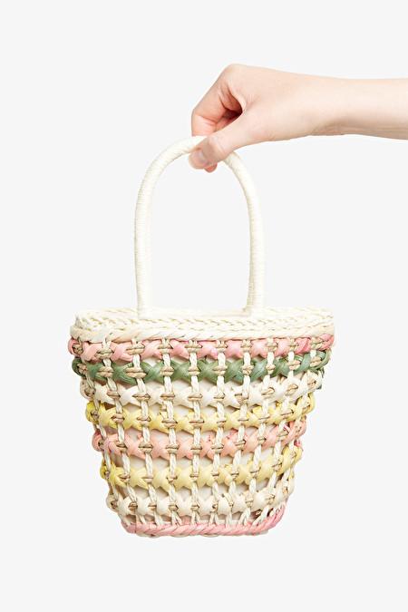 Liten väska i strå med pastellfärger