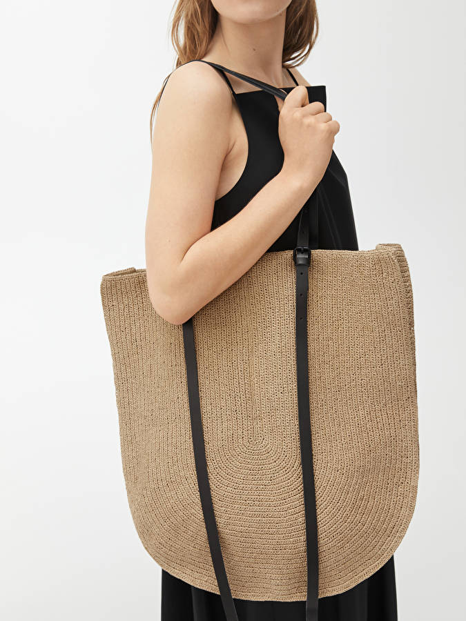 Stor shoppingväska i stråmaterial med läderhandtag