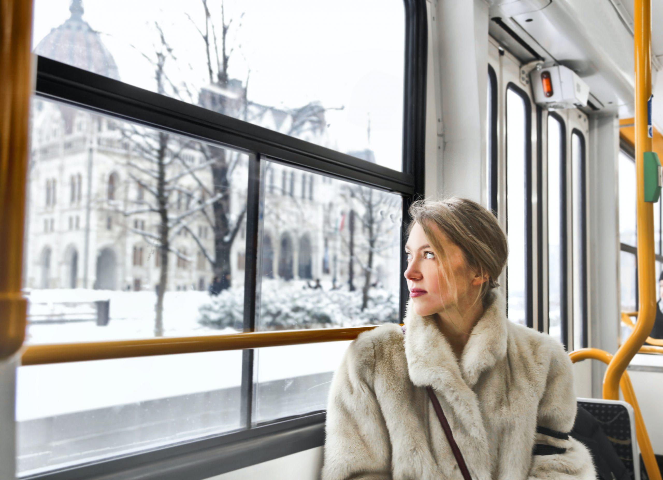 kvinna på tunnelbana i pälskappa