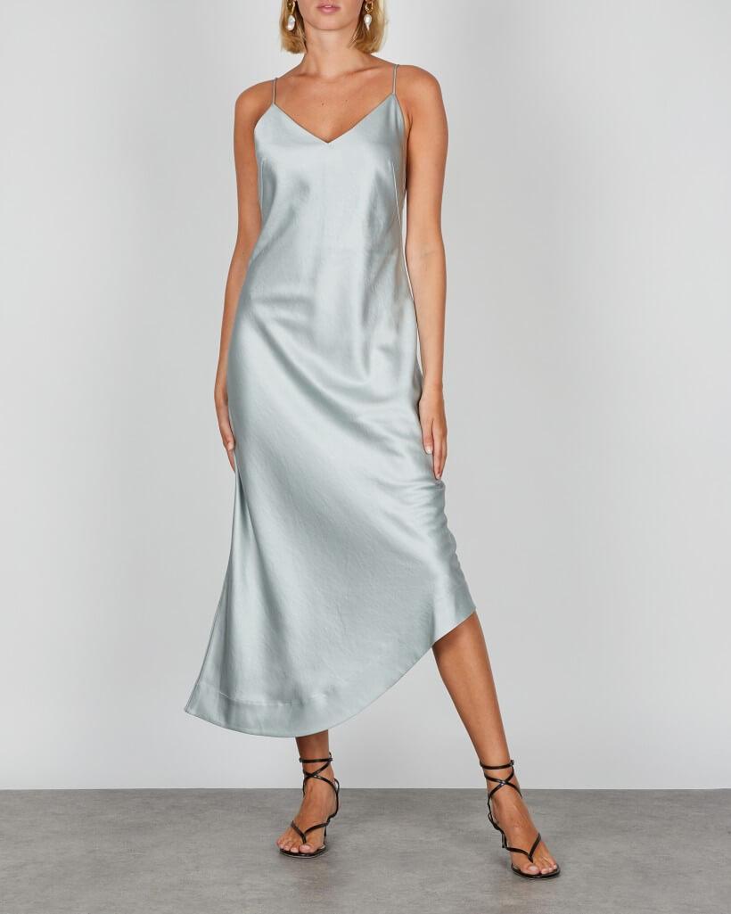 Ljusblå klänning i skinande material