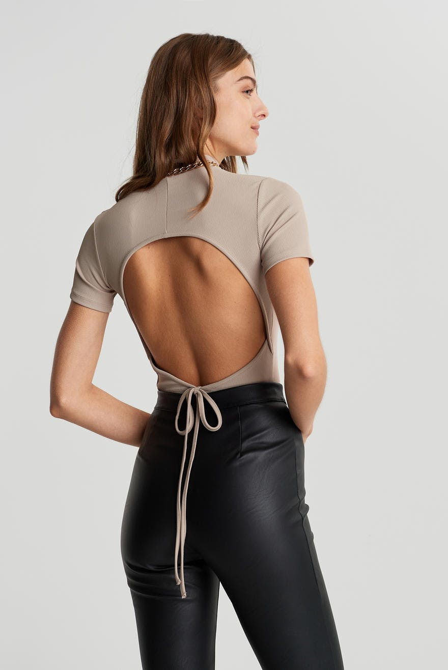 Beige kort topp med öppen rygg och snörning bak.
