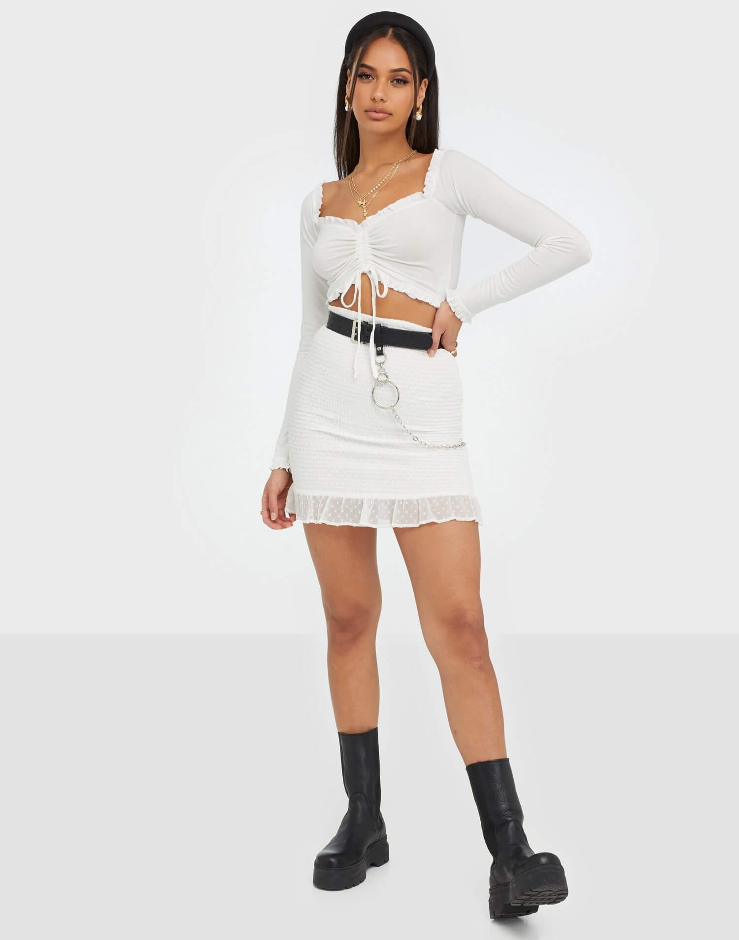 Vit cropad tröja med snörning med off shoulder, stretchigt material.