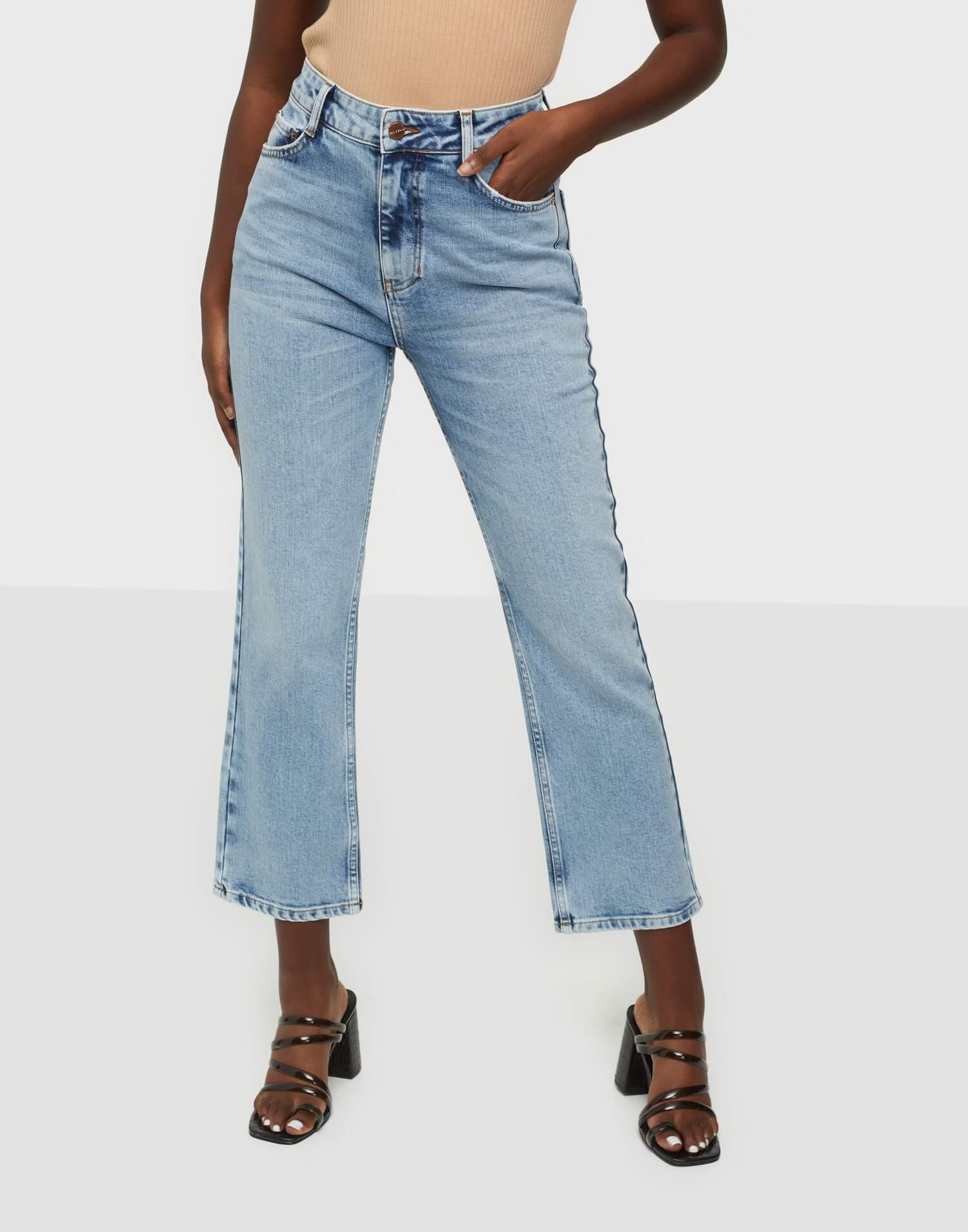 Utsvängda korta jeans