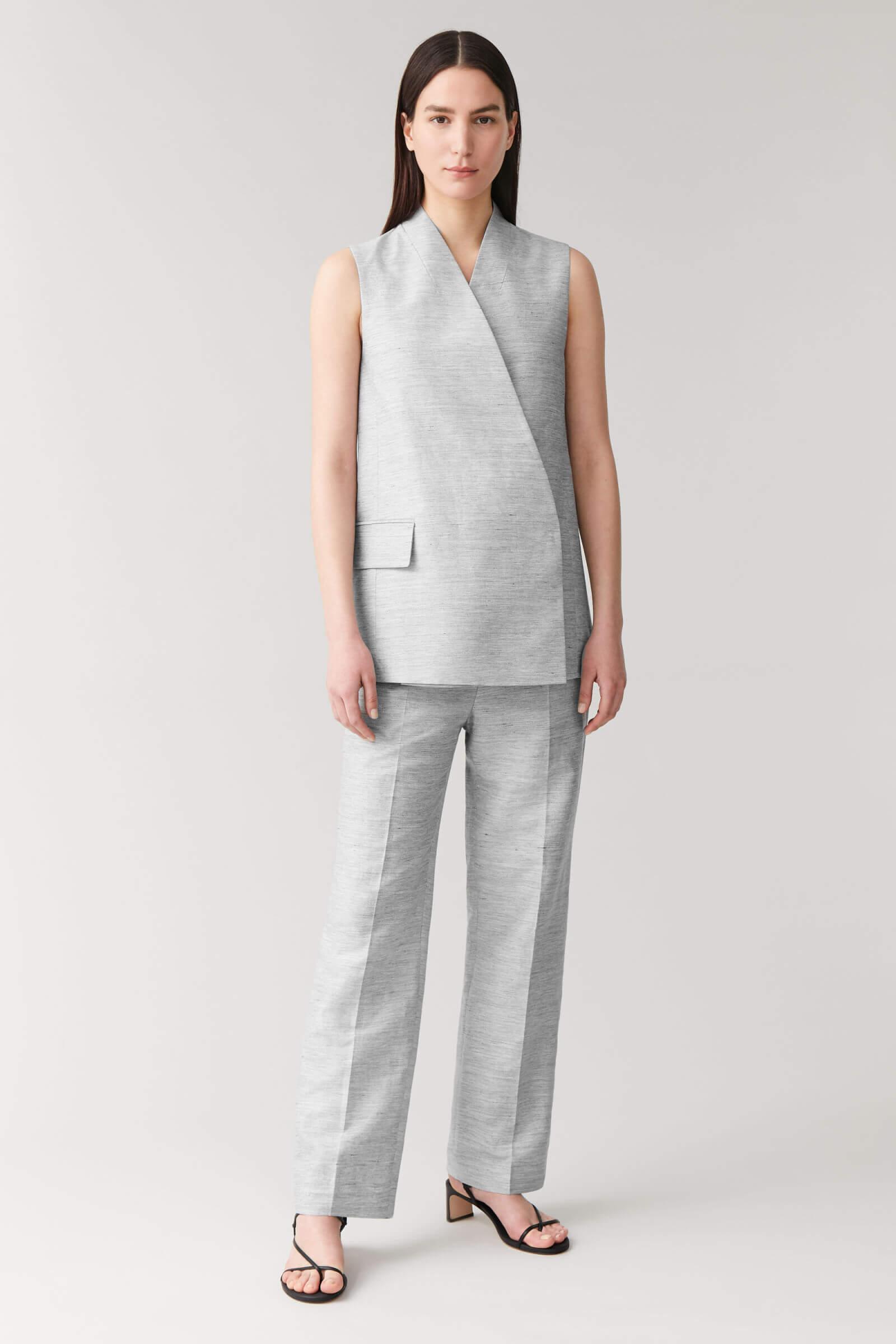 Ljusgrå kostym kvinna